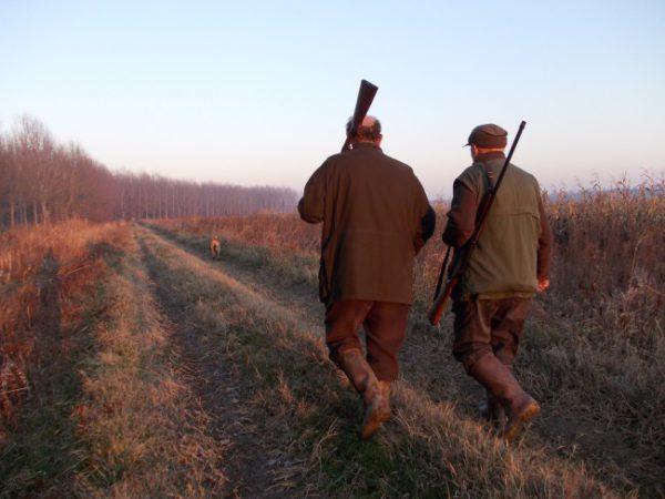 Cacciatori con fucili sulla spalla