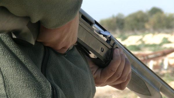 cacciatore-che-impugna-fucile-1809016