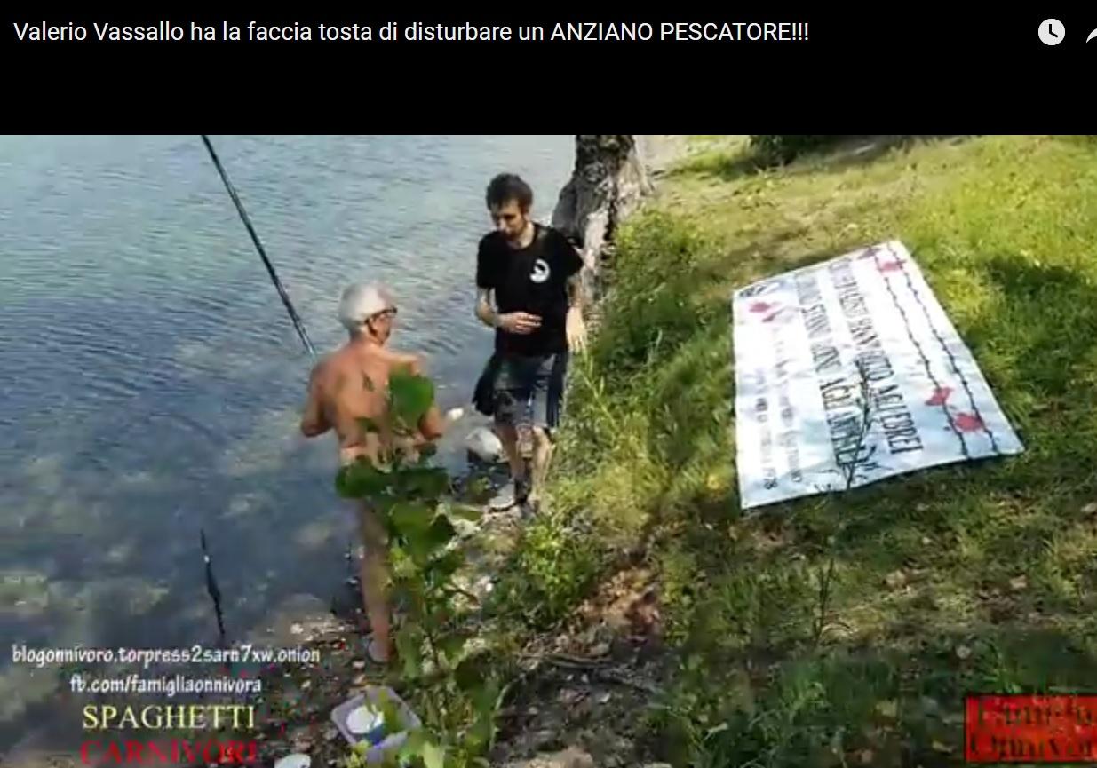 Valerio Vassallo ha la faccia tosta di disturbare un ANZIANO PESCATORE!!! (VIDEO)
